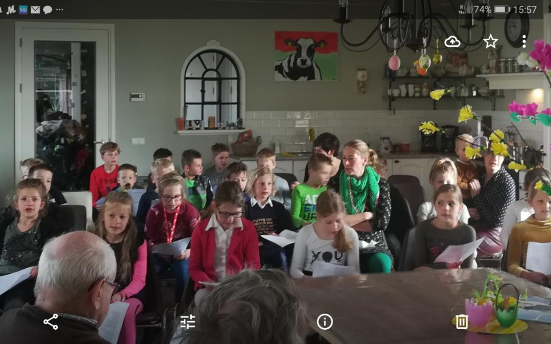 Groep 5/6 Van de school met de Bijbel kwam voor ons zingen.